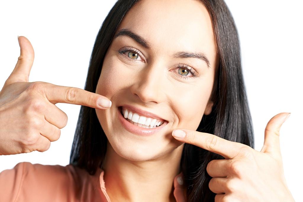 Lächelnde Frau mit perfekten weißen Zähnen